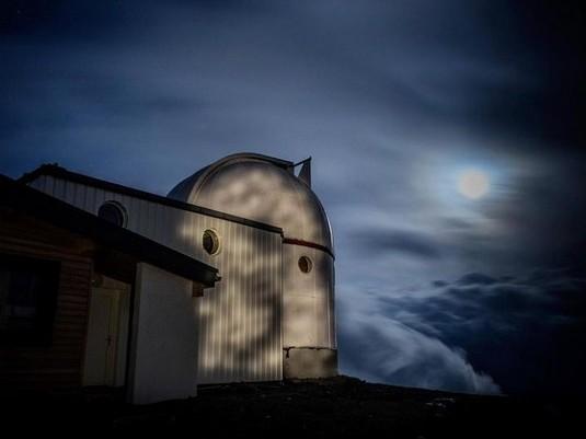Observatoire sous la Lune